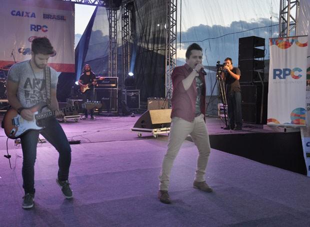 A dupla Wesley e Henrique colocaram todo mundo pra cantar e dançar ao som do sertanejo universitário (Foto: Roger Santmor/RPC)
