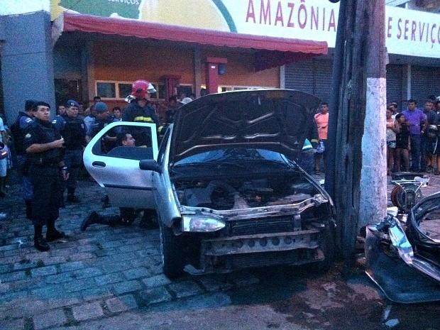 Veículo bateu em poste quando tentava fazer uma ultrapassagem na Avenida Torquato Tapajós (Foto: Camila Henriques/G1 AM)