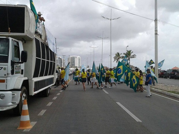 Manifestantem contra Dilma na Avenida Litorânea (Foto: Alex Barbosa/ TV Mirante)