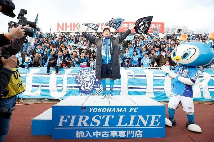 Kazu comemora em frente à torcida do Yokohama FC