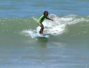 Vitor, surfista de 4 anos em Natal (Foto: Reprodução/Inter TV Cabugi)