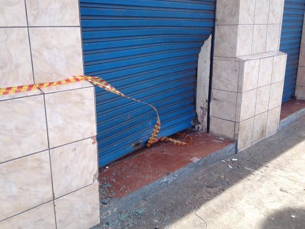 Porta de loja ficou danificada com a colisão (Foto: Mariane Peres/G1)