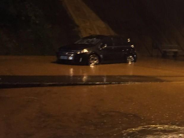 Carro após a água começar a baixar em Campinas (Foto: VC no G1)