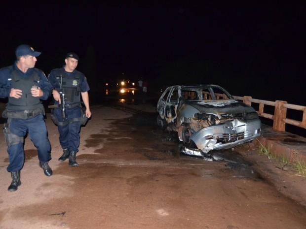 Veículo ficou destruído após pegar fogo com a colisão (Foto: Leandro Mendes/Vip Notícias)