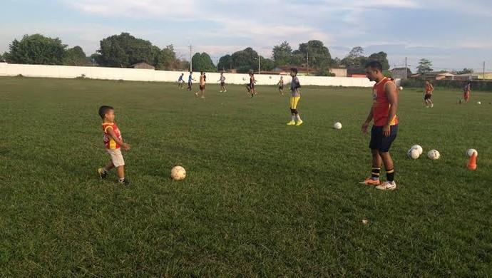 Salada, zagueiro do Guajará, leva filho para treino  (Foto: Dayanne Saldanha)
