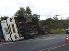 Caminhão carregado com pão tomba entre Uberaba e Uberlândia