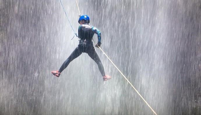 Teve até banho de cachoeira! (Foto: Divulgação/RPC)