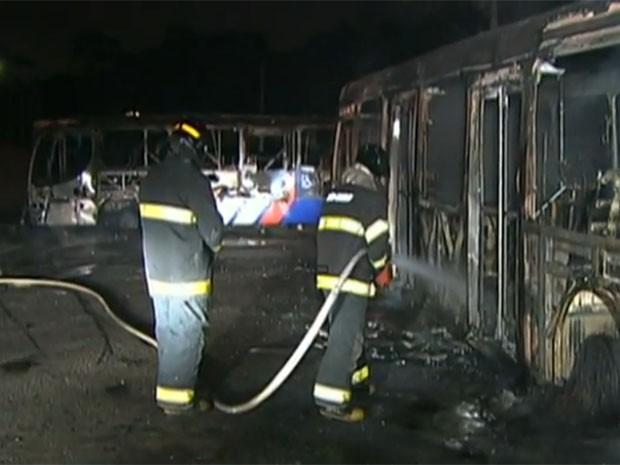 Ônibus foram atacados no Jardim Arpoador em outubro de 2013 (Foto: Reprodução/Arquivo TV Globo)