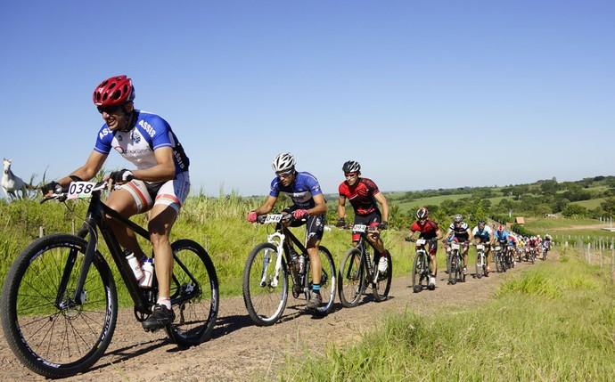 Ao todo, 178 ciclistas disputaram a prova neste domingo, em Lucélia (Foto: Sergio Sakate / Cedida)