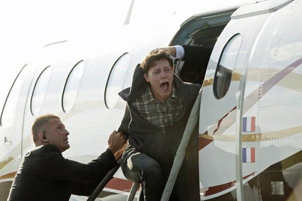 Michael é levado de Paris em um avião (Foto: Reprodução/Disney Media Distribution)