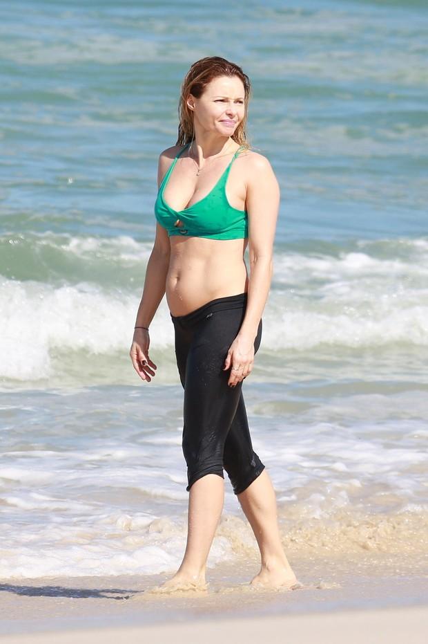 Rita Guedes na praia (Foto: Dilson Silva / Agnews)