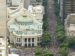 A multidão lota o Centro acompanhando o Cordão da Bola Preta (Foto: Divulgação/Fernando Maia/Riotur)