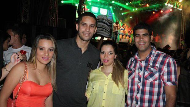 Rômulo posa ao lado de fãs durante show do cantor Wesley Safadão (Foto: Genilson Rodrigues/RIACHAONET)