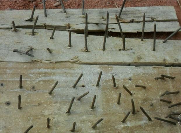 Bandidos usaram armadilhas feitas com pedaço de madeira e pregos (Foto: Reprodução/TV Globo)