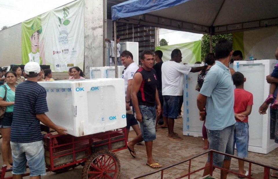 Projeto da Eletrobrás troca geladeiras e lâmpadas, em Tarauacá-AC (Foto: Thiago Cabral/ TV Acre)