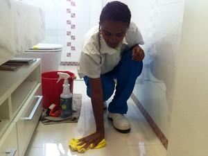 Uso de produtos corretos ajudam a economizar água na faxina de banheiros, cozinhas e pisos (Foto: Isabela Leite/G1)