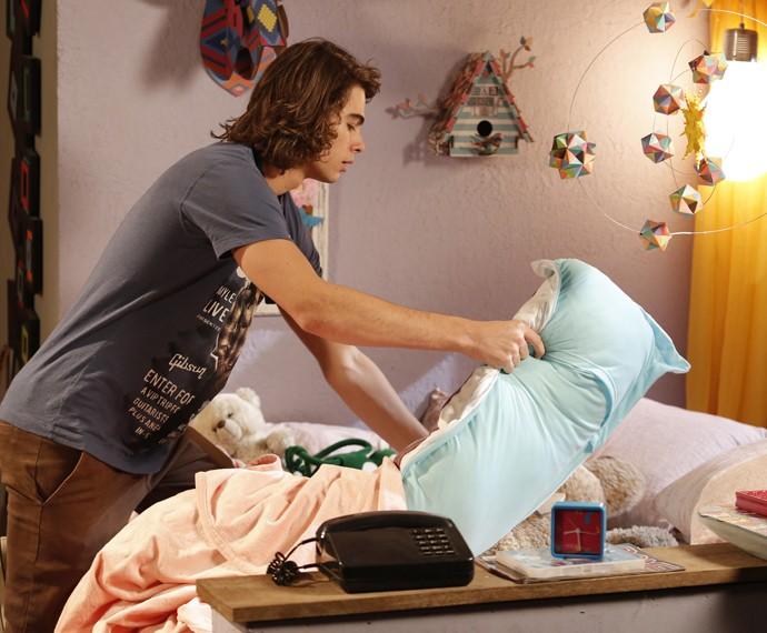 Pedro disfarça a cama de Tomtom (Foto: Fábio Rocha/Gshow)