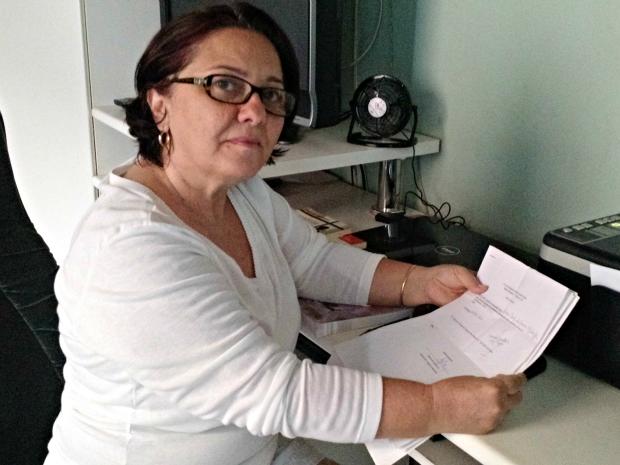 Com laudo psiquiátrico nas mãos, ex-professora relembra momentos da profissão (Foto: Iryá Rodrigues/G1)