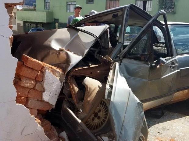 Cinco pessoas ficam feridas após carro bater em parede de bar em Serrania, MG (Foto: Danielle Silva)