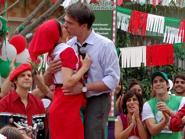 Nieta e Dino fazem as pazes no palco com um beijo (Foto: Guerra dos Sexos / TV Globo)
