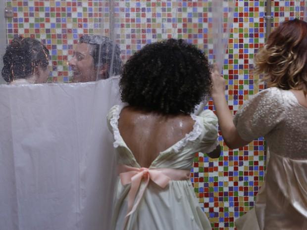 Jade e Bianca se atracam no banheiro (Foto: Arthur Meninea / Gshow)