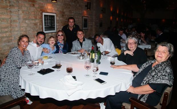 Adriane Galisteu com Alexandre Iódice e Vittorio, e os sogros, Valdemar e Sueli Iódice, e a mãe, Emma  (Foto: Manuela Scarpa/Brazil News)