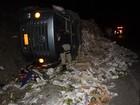 Caminhão carregado de mamão tomba na BR-101, em Itamaraju