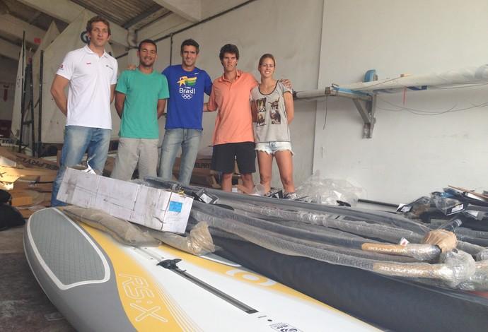 Velejadores da classe RS:X recebem equipamentos do COB  (Foto: Rafael Bello/COB)