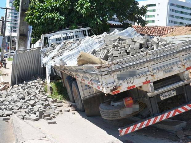 Caminhão derrubou muro de casa (Foto: Walter Paparazzo/G1)