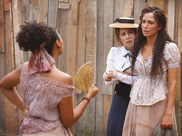 Berenice convida Isabel para conhecer seu 'falso' sobrinho, Elias (Foto: Lado a Lado / TV Globo)