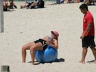 Anamara se exercita de short e biquíni na Barra da Tijuca