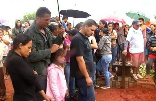 Enterro de Echiley Vitória Lopes de Jesus, menina morta em tiroteio em Formosa, Goiás (Foto: Reprodução/TV Anhanguera)