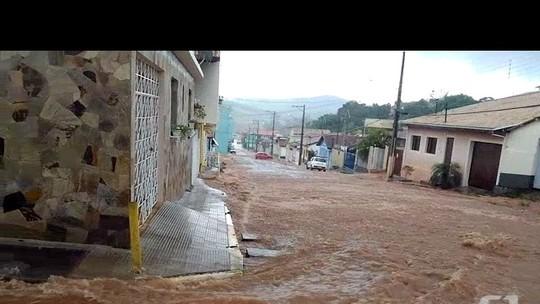 Enxurrada transforma ruas do centro de Lagoinha em rio; veja vídeo