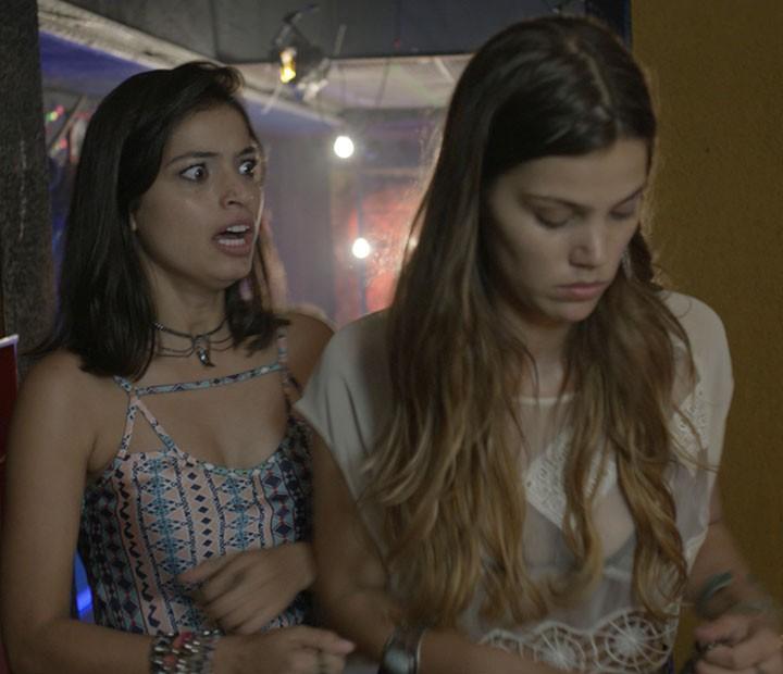 Krica fica desesperada, e as duas decidem esquecer o que aconteceu (Foto: TV Globo)