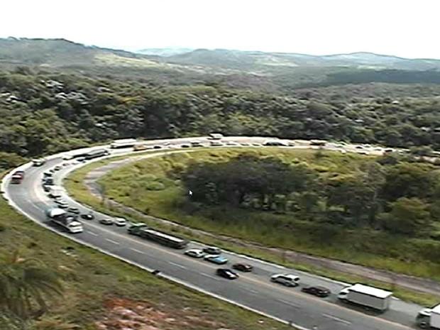 Trânsito continuou impedido durante a manhã desta segunda-feira (11) após acidente na BR-381. (Foto: Reprodução/TV Globo)