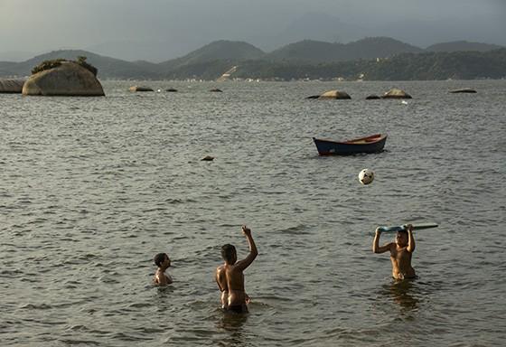 Na praia Pintor Castagneto, no extremo norte da ilha, crianças jogam bola ao entardecer (Foto: © Haroldo Castro/Época)