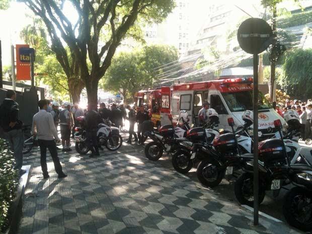 Ação de criminosos deixou dois feridos na Alameda Santos (Foto: Gustavo Petró/G1)