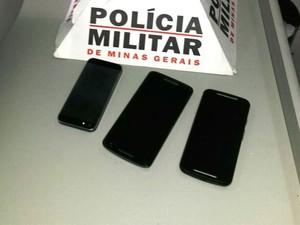 Celulares furtados foram recuperados (Foto: PM/Divulgação)