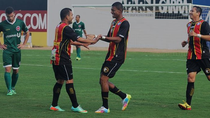 Ricardo Lopes agradece assistência de Renatinho Potiguar para gol do Globo FC (Foto: Canindé Pereira/Divulgação)