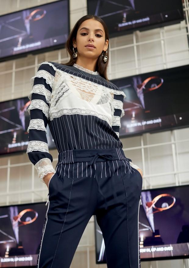 Bruna usa camisa de seda e renda (R$ 14.400) e calça de seda (R$ 5.200) (Foto: Pedro Arieta)