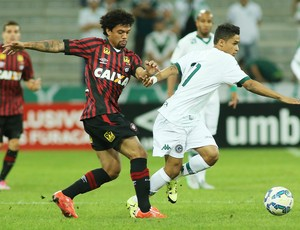 Otávio recebeu terceiro amarelo contra o Goiás (Foto: Giuliano Gomes/PR PRESS)