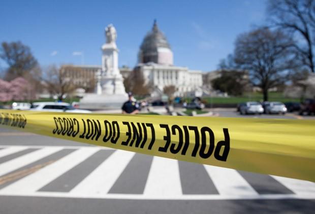 Uma faixa de segurança da polícia é colocada fechando o perímetro no lado norte do Capitólio em Washington, DC, nos Estados Unidos (Foto: Carolyn Kaster/AP)
