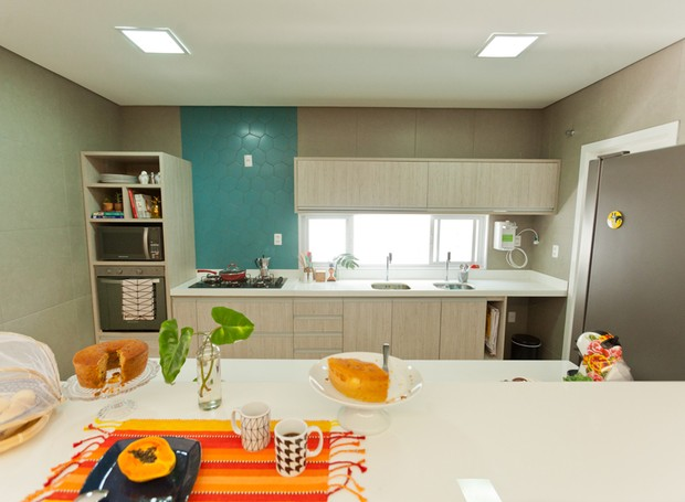 Cozinha | O cômodo ganhou um toque de cor na base neura com revestimento geométrico da Portobello. Móveis planejados pela Stanza Móveis. Bancadas de nanoglass da Carioca Granitos (Foto: Maurício Pokemon/Divulgação )