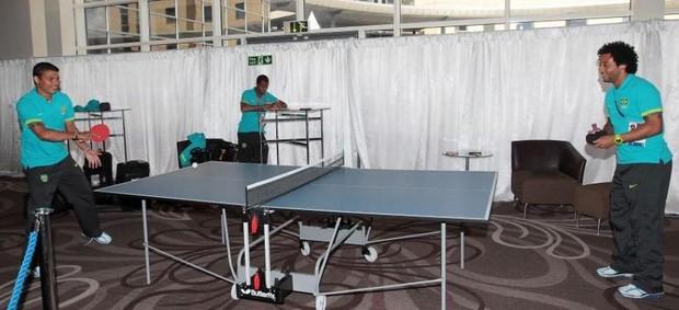 Thiago Silva e Marcelo jogam pingue-pongue em Newcastle (Foto: Rafael Ribeiro/CBF)