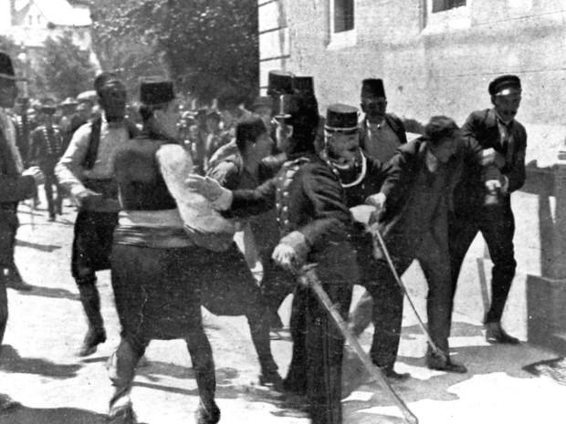 O terrorista sérvio Gavrilo Princip, à direita, é preso momentos após matar a tiros Francisco Ferdinando, em Sarajevo (Foto: AP)