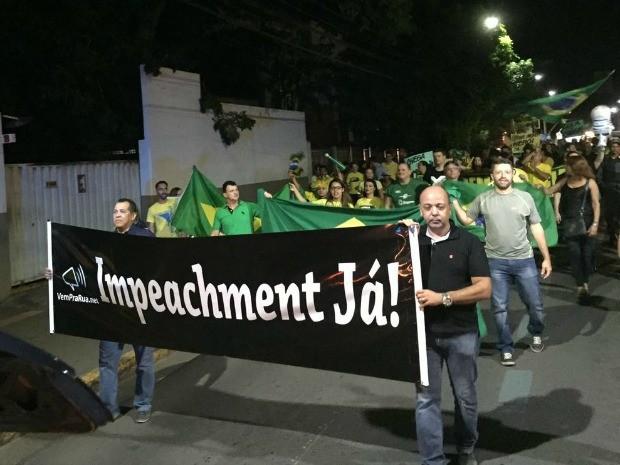 Manifestantes saíram da Praça Santos Dumont em passeata com direção à Praça 8 de Abril, em Cuiabá. (Foto: Cristina Mayumi/TVCA)