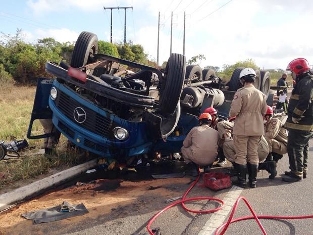 Caminhão capotou após ser 'fechado' por outro veículo na BR-230, em Santa Rita (Foto: Walter Paparazzo/G1)