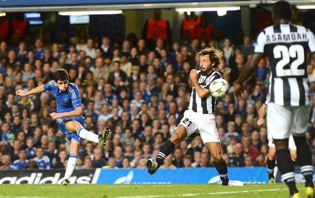Oscar e Pirlo, Chelsea x Juventus (Foto: Ag&#234;ncia Getty Images)