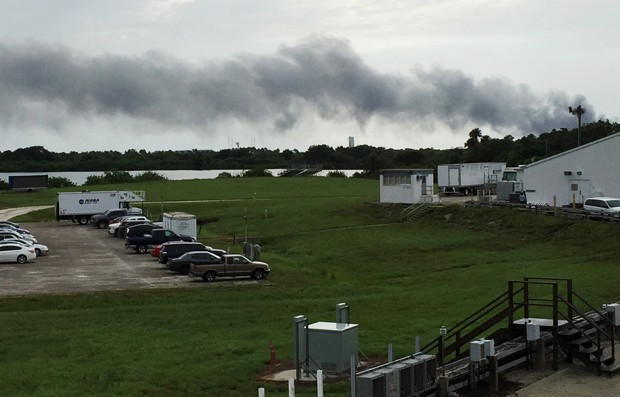 Explosões foram registradas nesta quinta-feira (1) no local de lançamento da SpaceX em Cabo Canaveral (Foto: Marcia Dunn/AP)