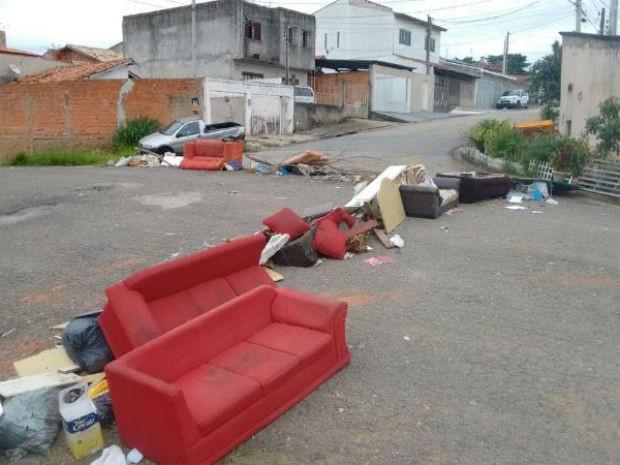 Moradores fizeram barricadas para evitar que joguem lixo no ecoponto  (Foto: Moisés Soares/ TV TEM)